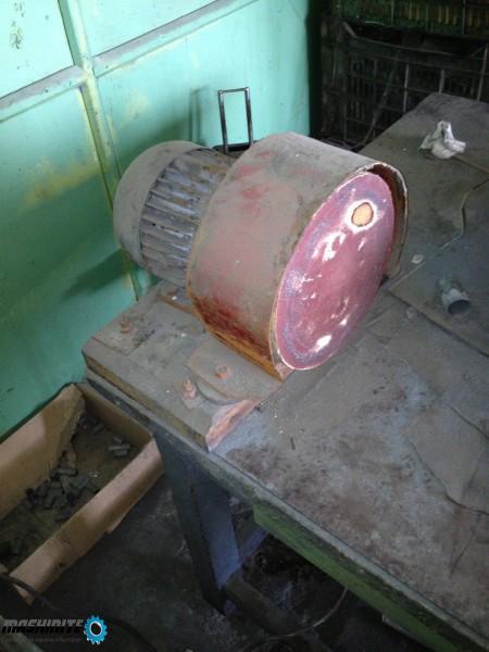 директен шлайф-двигател с диск с шкурка за почистван ...