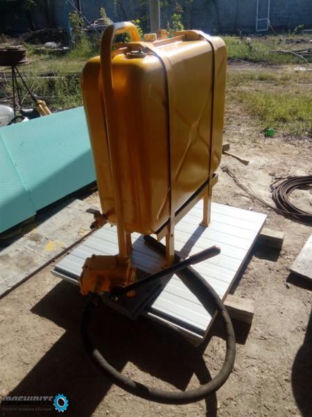 Резервоар и ръчна помпа за изпомпване на гориво